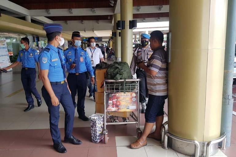Petugas BIM dan anggota Polsek Bandara saat merazia salah seorang pengujung di Bandara BIM yang tidak pakai masker, Selasa siang (4/5). (Dok : Istimewa)
