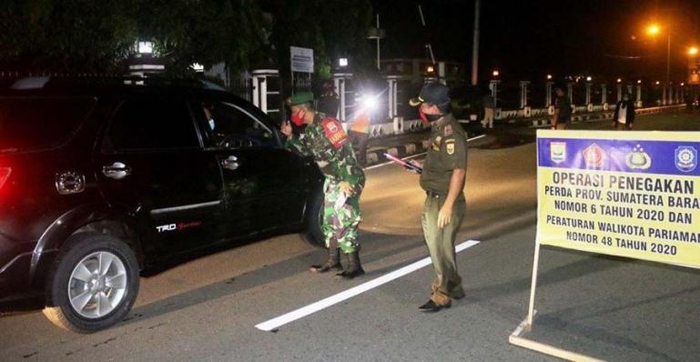 Satgas Covid-19 Kota Pariaman lakukan razia prokes di sejumlah tempat di kota itu Sabtu malam (1/5). (Dok : Istimewa)