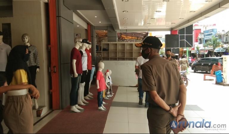 Petugas Satpol PP Kota Padang saat memantau salah satu pusat perbelanjaan di Kota Padang, Selasa (6/10). (Foto : Can)