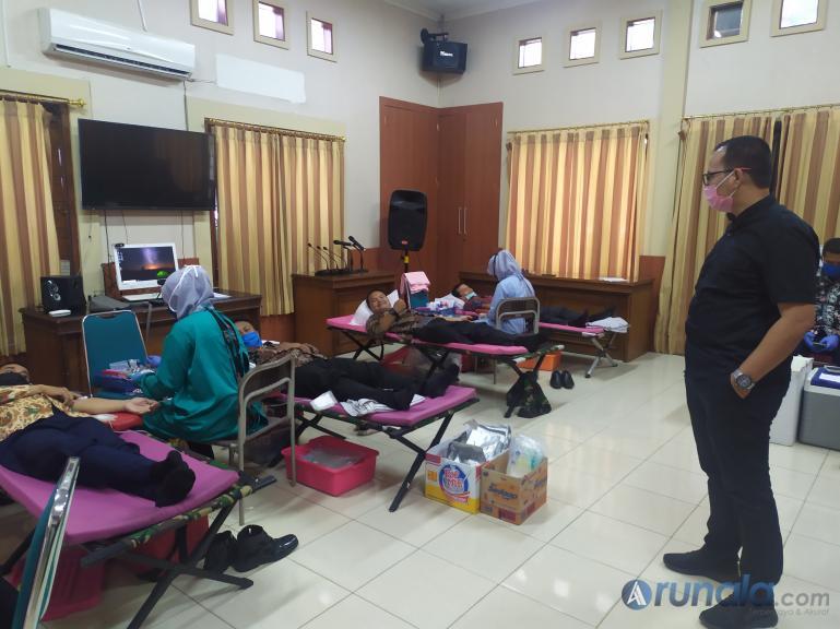 Anggota Bawaslu Sumbar Vifner memperhatikan anggota kesekretariatan Bawaslu Sumbar donorkan darahnya. (Foto : Amz)