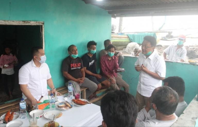 Cawagub Sumbar Indra Catri saat diskusi sekaligus menampung aspirasi para nelayan Pasie Nan Tigo, Kota Padang, Jumat (30/10). (Dok : Istimewa)
