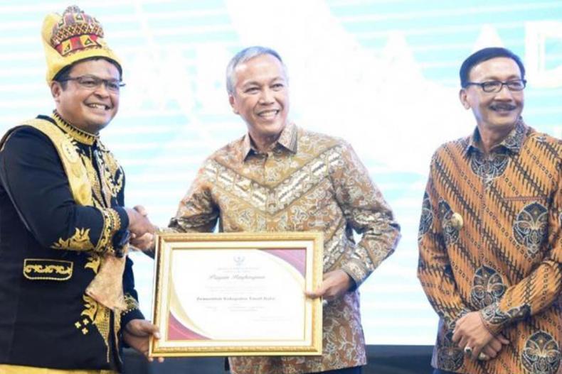 Bupati Tanah Datar Irdinansyah Tarmizi, menerima Anugerah