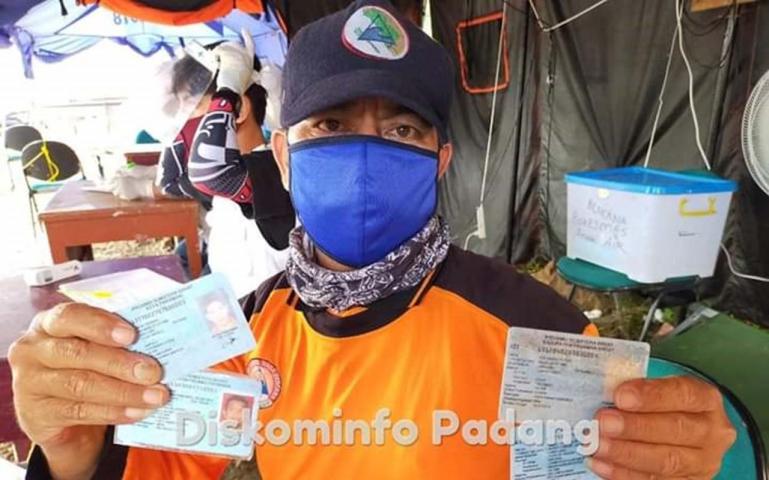 Petugas Pos Protek Anak Aia memperlihtkan KTP atau SIM warga pendatang yang ingin masuk Kota Padang, Minggu (10/5). (Dok : Diskominfo Padang)