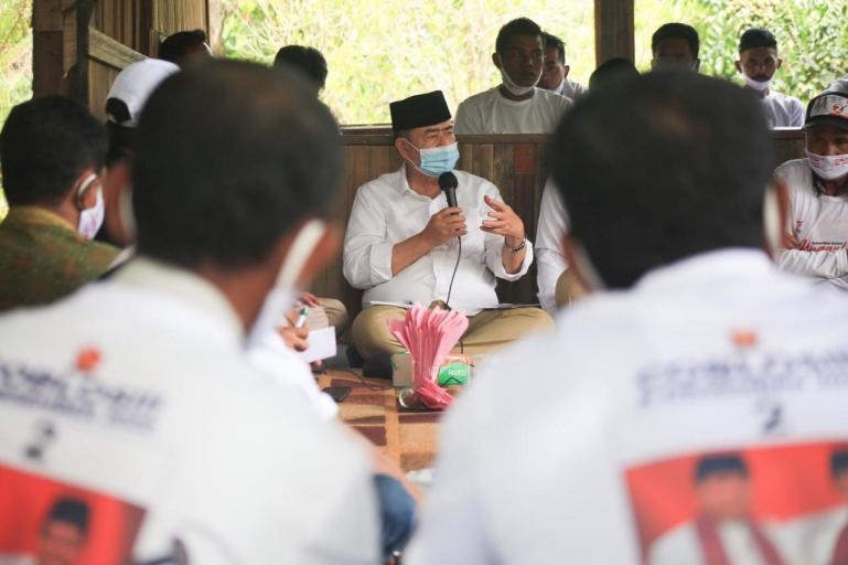 Pertemuan Calon Gubernur Sumatera Nasrul Abit dengan warga Jorong Manggiu, Nagari Lubuk Gadang Utara, Kecamatan Sangir, Kabupaten Solok Selatan, Senin (26/10). (Dok : Isitimewa)