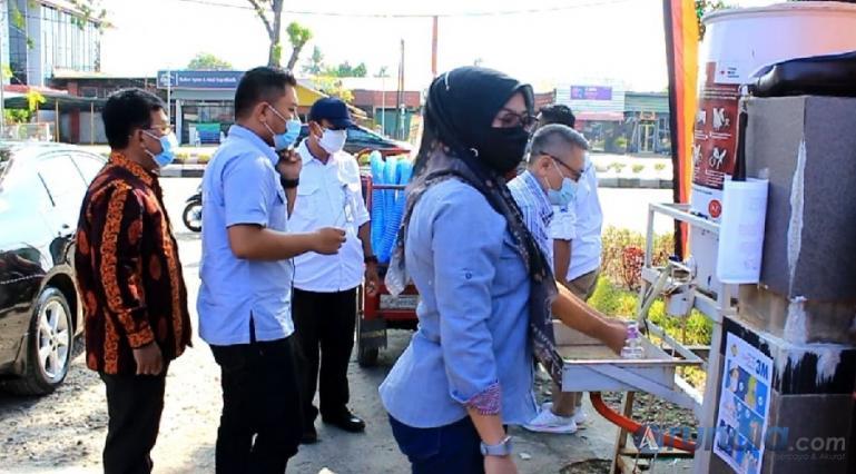 Suasana pasar murah Ramadan yang digelar Dinas Perdagangan dan Pasar Kota Padang, pengunjung diwajibkan gunakan prokes di pasar itu. (Foto : Derizon)