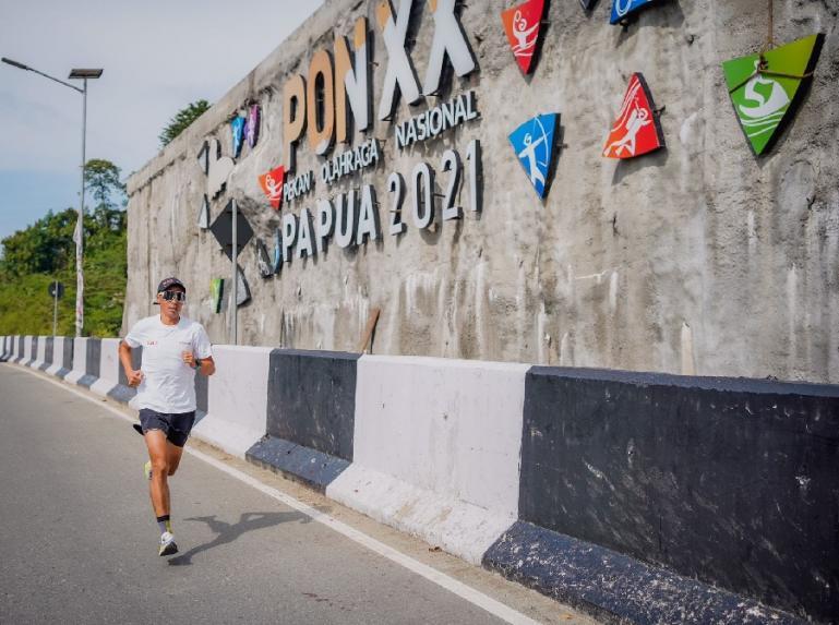 Telkomsel Area Sumatera berikan dukungan kepada atlet Triathlon Nasional, Jauhari Johan yang berlaga di ajang PON XX Papua 2021. (Dok : Istimewa)