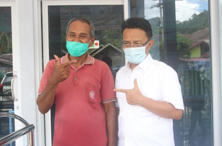 Indra Catri lepas kangen dengan Erwin, teman semasa SMP di Lubuk Sikaping, Pasaman, Sabtu (17/10). (Dok : Istimewa)