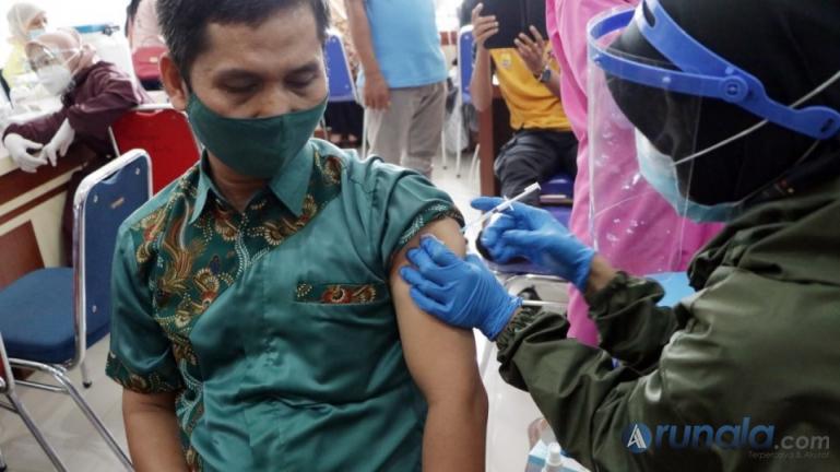 Salah seorang tenaga pendidik saat jalani vaksinasi Covid-19 di Kota Pariaman, Kamis (25/3). (Foto : Arzil)