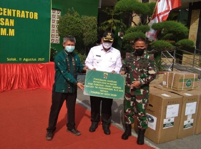 Pangdam I Bukit Barisan, Mayjen TNI Hassanudin serahkan bantuan peralatan oksigen kepada RSUD M Natsir Kota Solok, Rabu (11/8). (Foto : Derizon)