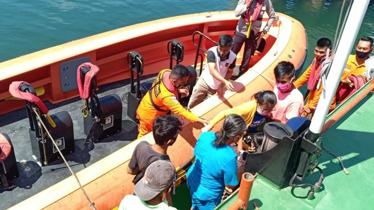 Tim SAR gabungan Mentawai lakukan evakuasi kepada penumpang Kapal Perintis Sabuk Nusantara 37 pasca kandasnya kapal ini di Tuapejat, Rabu pagi (2/12). (Dok : Istimewa)