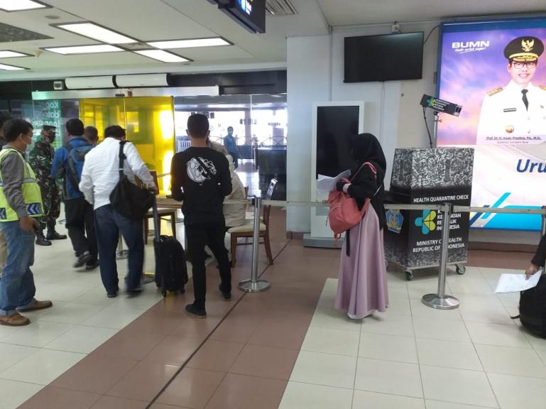 Calon penumpang menunjukkan kelengkapan dokumen perjalanan yang dibutuhkan kepada petugas di bandara. (Foto : Dyz)
