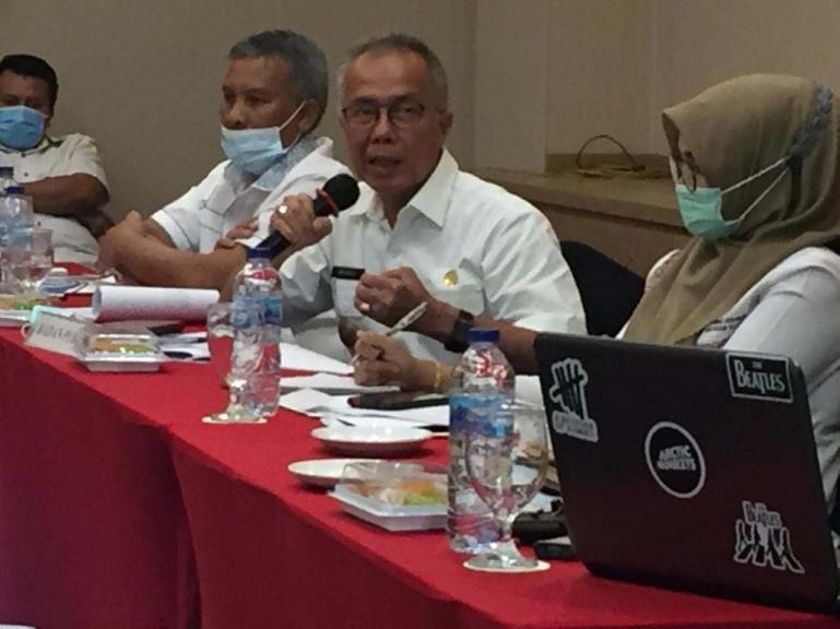 Pjs Bupati Pessel Mardi sedang menjawab pertanyaan panelis dari FISIP Unand Syamsurizaldi, Rabu 11/11 di Hotel Grand Zuri Padang. (Dok : Istimewa)