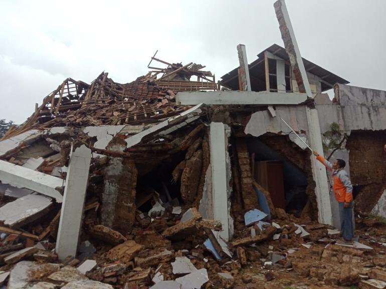 Warga memperhatikan rumahnya yang rusak akibat gempa bumi yang melanda Sukabumi yang terjadi Selasa siang (10/3). (Foto : Istimewa)
