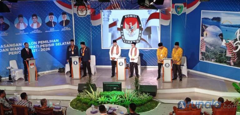 Suasana tiga paslon Bupati dan Wakil Bupati Pessel mengikuti debat publik perdana yang diadakan KPU Pessel di Studio TVRI Sumbar, Rabu (11/11). (Foto : Rio)