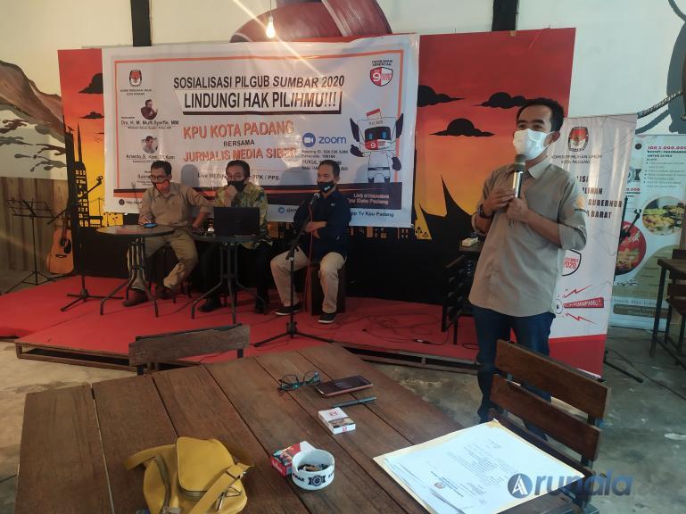 Ketua KPU Kota Riki Eka Putra saat buka sosialisasi Pilgub Sumbar 2020 kepada wartawan siber di kafe Kupi Batigo, Rabu (29/7). (Foto : Amz)
