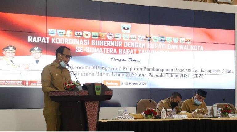 Bupati Mentawai, Yudas Sabaggalet saat berikan paparan kondisi daerahnya kepada Gubernur Mahyeldi saat Rakorenbang Pemprov Sumbar, di Padang, Selasa (9/3). (Dok : Istimewa)