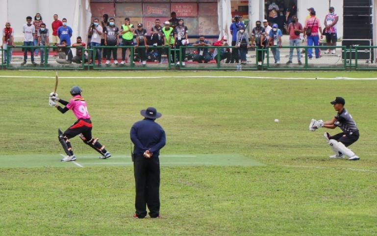 Tim Cricket Sumbar (pink) saat menghadapi tim dari Nusa Tenggara Timur (hitam) pada PON XX Papua 2021 di Lapangan Cricket Doyo Baru, Senin (27/9). (Dok : Humas KONI Sumbar)