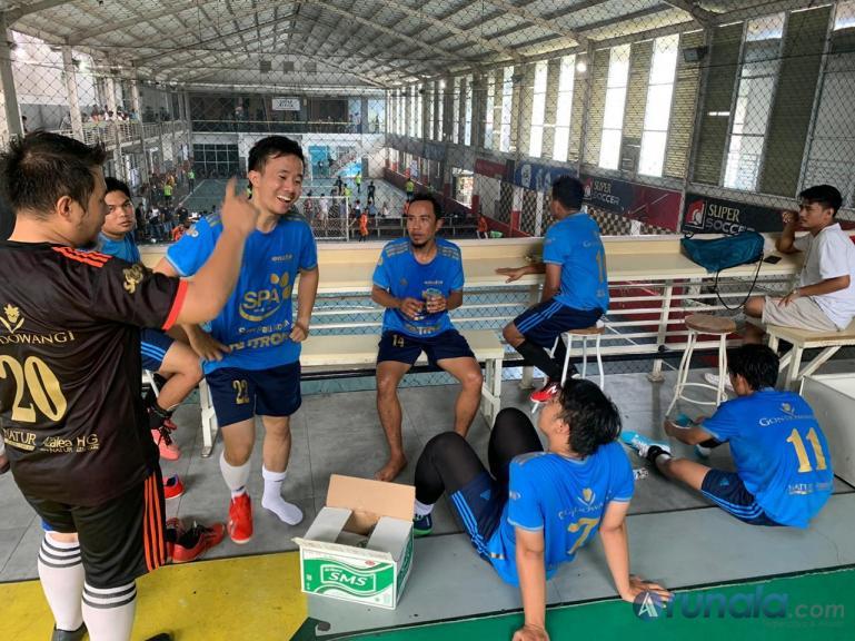 Tim futsal Lowis bersenda gurau usai menaklukan tim futsal SCM dengan skor telak 8-5 di Gsports Center, Minggu (23/8). (Foto : Can)