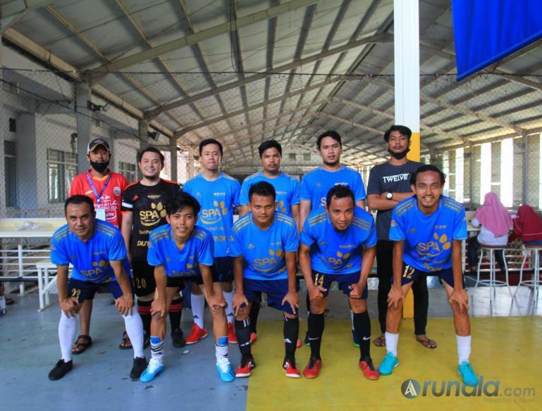 Tim futsal Lowis dan official tim sebelum pertandingan dimulai, Minggu (17/8). (Foto : Can)