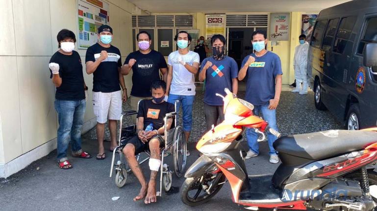 Deni Ompong tertunduk lesu setelah dilumpuhkan polisi dengan timah panas, Minggu (18/10). (Foto : Heru)
