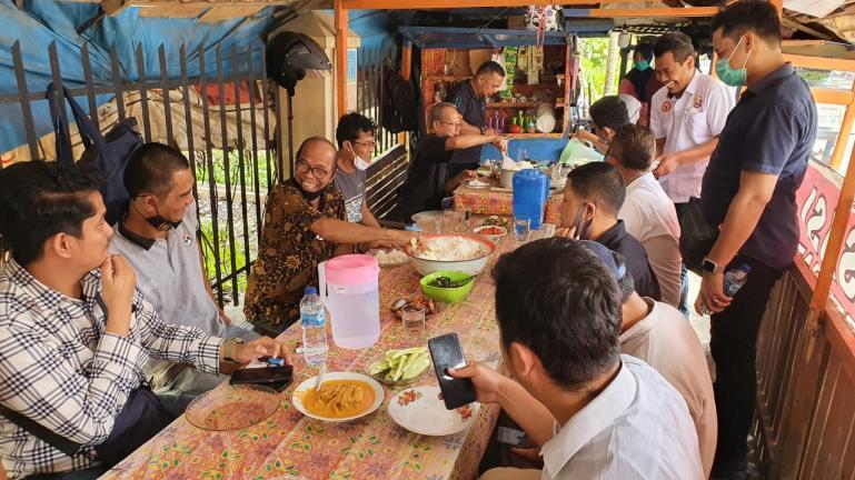Pembina FJKIP Sumbar Muhammad Nurnas saat bersama para jurnalis yang tergabung dalam FJKIP Sumbar, Rabu (30/12). (Dok : Istimewa)