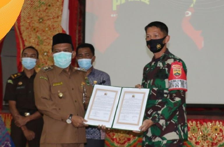 Dandim 0308/Pariaman, Letkol Czi. Titan Jatmiko bersama Wakil Bupati Padangpariaman, Rahmang saat membuka TMMD ke-110 di kabupaten itu, Selasa (2/3). (Dok : Istimewa)
