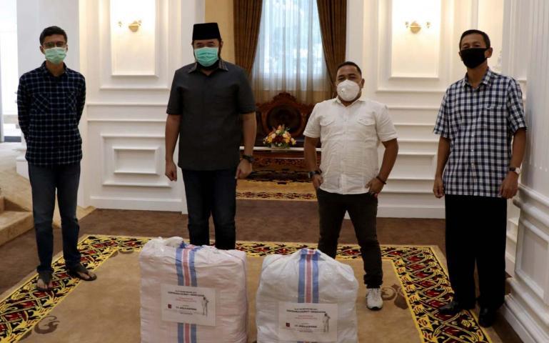 Perwakilan TOP100 Adrian Tuswandi dan Azreen saat serahkan bantuan APD kepada Wali Kota Padang Panjang Fadli Amran, Jumat sore (1/5).(Dok : Istimewa)