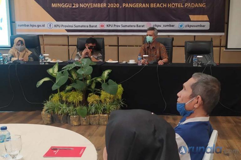 Sosialisasi pemilihan serentak yang diadakan KPU Sumbar kepada Rertuni Sumbar di Padang, Minggu (29/11). (Foto : Arzil)