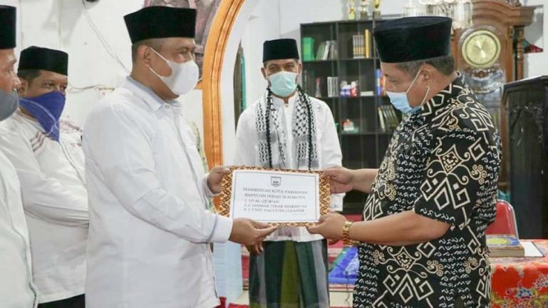 Wakil Wali Kota Pariaman Mardison Mahyuddin saat menyerahkan bantuan dari Tim Safari Ramadan Pemko Pariaman kepada pengurus Masjid Taqwa Taratak, Kecamatan Pariaman Tengah. (Dok : Istimewa)