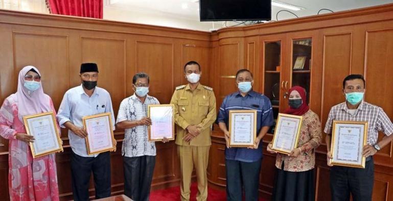 Wali Kota Genius Umar bersama para ASN yang purna tugas di ruang kerjanya, Senin (9/8). (Dok : Istimewa)