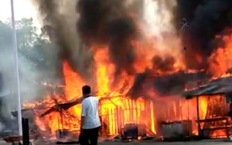 Suasana tujuh kios warga di Simpang Jambak, Nagari Balah Aia, Lubuk Alung  yang sedang terbakar, Rabu (12/8). (Foto : Dyz)