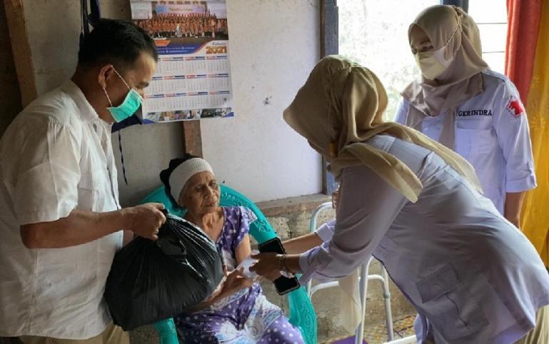 Pengurus DPD Gerindra Sumbar menyerahkan bantuan uang tunai dan sembako dari Andre Rosiade kepada Yusna di Indarung, Lubukkilangan, Padang. (Dok : Istimewa)