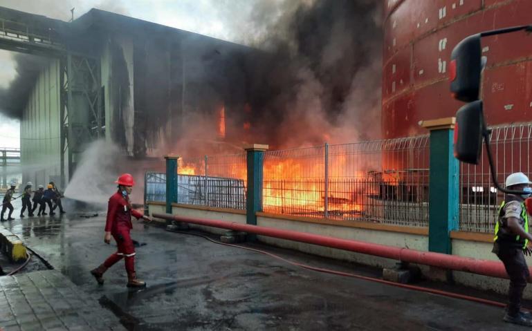 Para pengawas berusahan memadamkan kobaran api dari tumpukan batubara yang terbakan di kawasan Pelabuhan Teluk Bayur, Minggu siang (24/1). ( Dok : Istimewa)