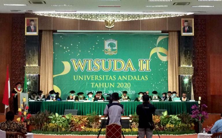 Rektor Unand Yuliandri beserta Senat dan Dekan Fakultas saat prosesi Wisuda Daring 2020 di Convention Hall, Unand, Selasa (30/6). (Dok : Istimewa)