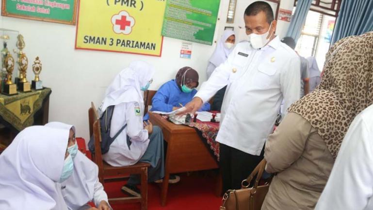 Vaksinasi massal di SMAN 3 Pariaman ditinjua langsung Wali Kota Genius Umar, Rabu (8/9). (Dok : Istimewa)