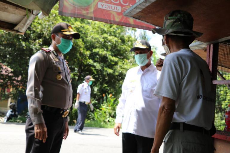 Wako Pariaman Genius Umar (baju putih) terus memantau pelaksanaan PSBB Sumbar di Kota Pariaman. (Foto : Dok. Kominfoprm)