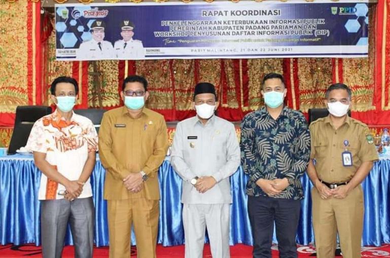 Wabup Padangpariaman, Rahmang saat buka rakor dan workshop penyusunan daftar informasi publik (DIP), di hall kantor bupati tersebut, Senin(21/6).
