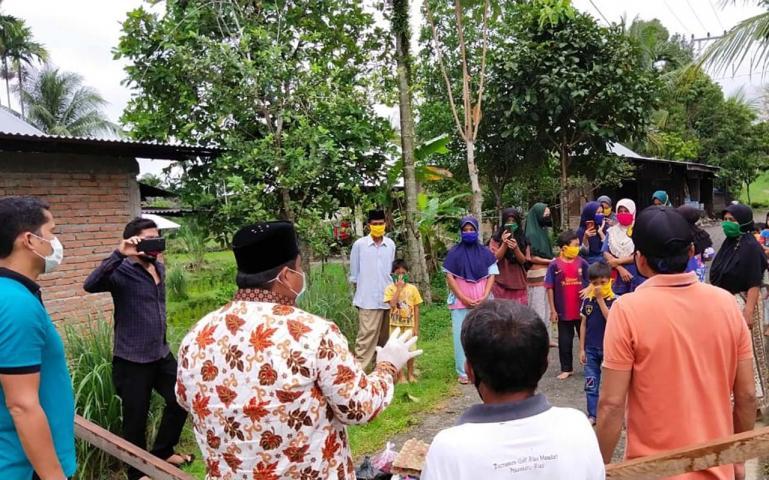 Wabup Padang Pariaman Suhatri Bur mendatangi warga Kecamatan 2 X 11 Kayu Tanam saat akan serahkan sembako, Sabtu (2/5). (Dok : Istimewa)