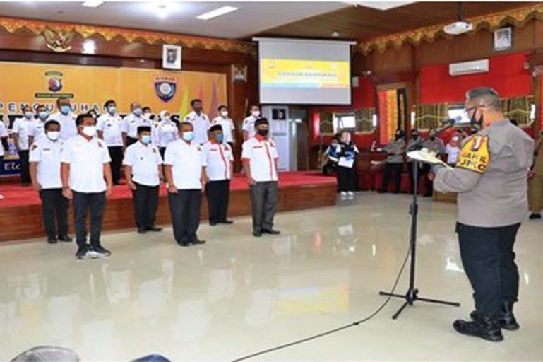 Waka Polda Sumbar, Brigjen Pol Edi Mardianto saat mengukuhkan keberadaan Pokdar Kamtibmas di Kota Pariaman, Minggu (28/9). (Dok : Istimewa)