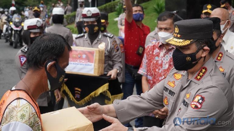Wakapolri Komjen Pol Gatot Eddy Pramono saat menyerahkan paket bantuan kepada masyarakat terdampak pandemi Covid-19, di Mapolda Sumbar, Rabu (4/8). (Foto : Derizon)