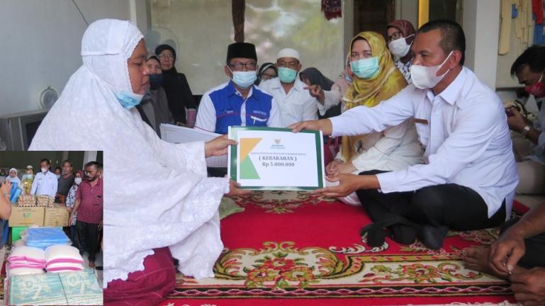 Wako Genius serahkan bantuan bagi korban yang alami kebakaran di Desa Desa Rawang, Rabu (14/4). (Dok : Istimewa)