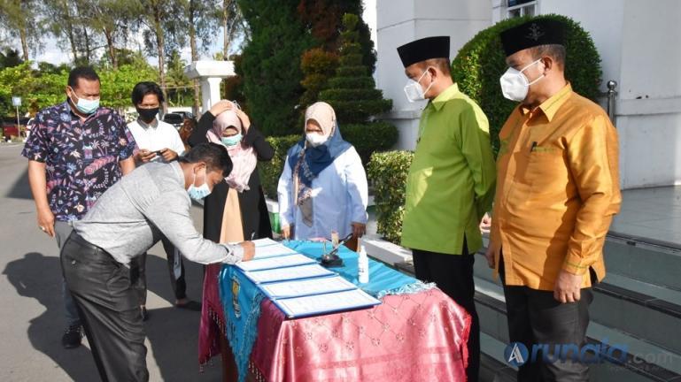Wako Genius Umar menyaksikan para pejabat menandatangani naskah pelantikan mereka sebagai eleson IV dan fungsional, Jumat (19/3). (Foto : Arzil)