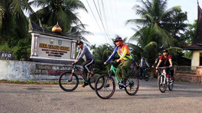 Genius Umar didampingi Sekko Pariaman, Yota Balad saat berkeliling desa dengan bersepeda, Minggu (13/6). (Dok : Istimewa)