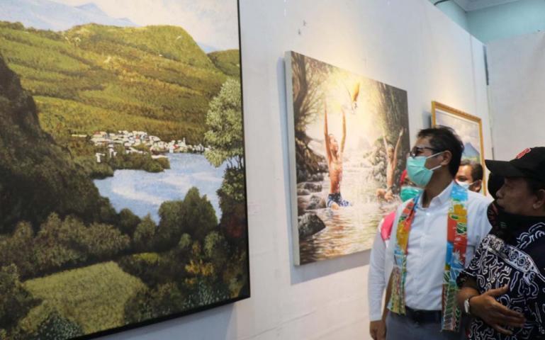 Gubernur Irwan Prayitno memperhatikan lukisan salah seorang peserta pameran seni rupa di Taman Budaya Padang, Rabu (26/8). (Dok : Istimewa)