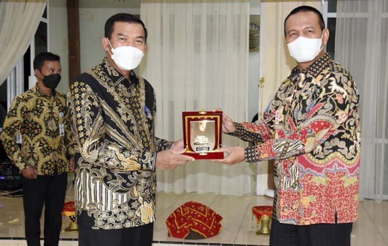 Wali kota Pekanbaru, Firdaus serahkan cenderamata kepada Wali Kota Pariaman, Genius Umar, saat makan malam di balairung rumah dinas wali kota, Kamis malam (1/7). (Dok : Istimewa)