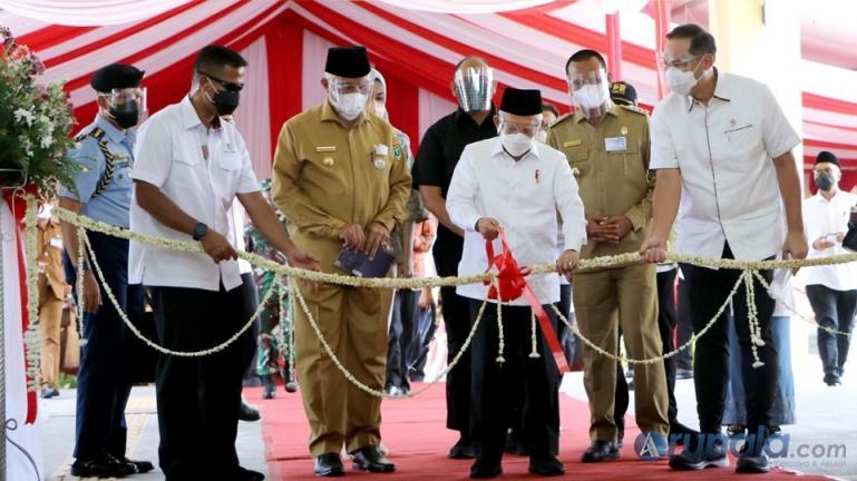 Wapres Ma'ruf Amin didamping Gubernur Sumbar dan Wako Pariaman menggunting pita peresmian Pasar Rakyat Pariaman, Selasa (6/4). (Dok : Istimewa)