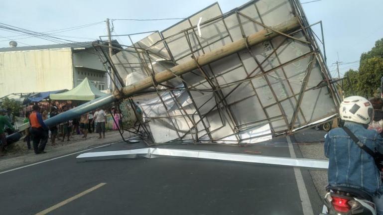 Sebuah papan reklame yang roboh akibat angin kencang di Kabupaten Cirebon yang terjadi Minggu (4/10). (Dok : Istimewa)