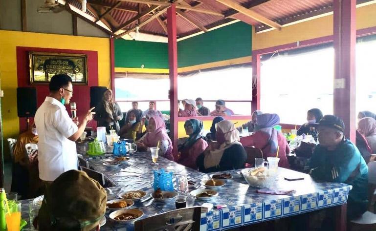Indra Catri saat tatap muka dengan masyarakat Gates Kecamatan Lubuk Begalung, Kota Padang, Minggu (1/11). (Dok : Istimewa)
