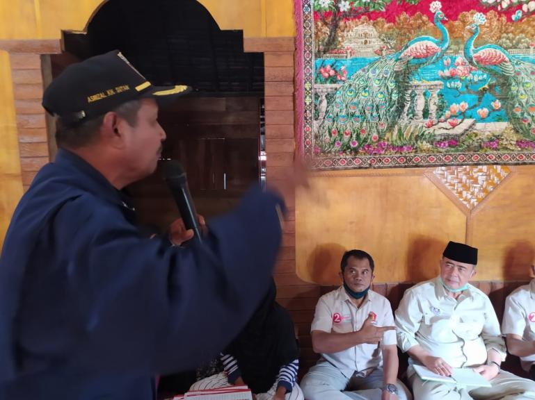 Asrizal KH Sutan menyampaikan kekagumannya pada Nasrul Abit di Nagari Padang Ganting, Kecamatan Padang Ganting, Tanah Datar, Senin, (30/11). (Dok : Istimewa)