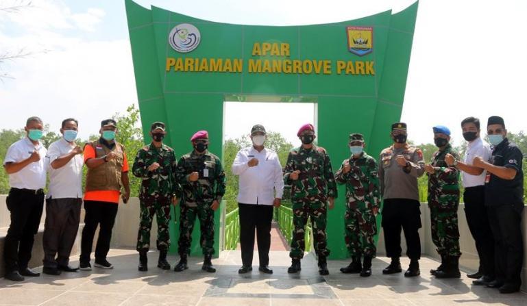 Wawako Mardison bersama Wadan Lantamal II Padang, Kolonel Mar FJH Pardosi seusai menanam mangrove di kawasan wisata Mangrove Park, Pariaman, Rabu (7/4). (Dok : Istimewa)